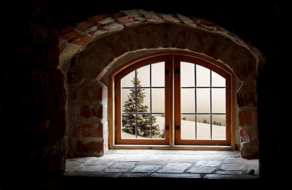 Pohľad na drevené okno v zime