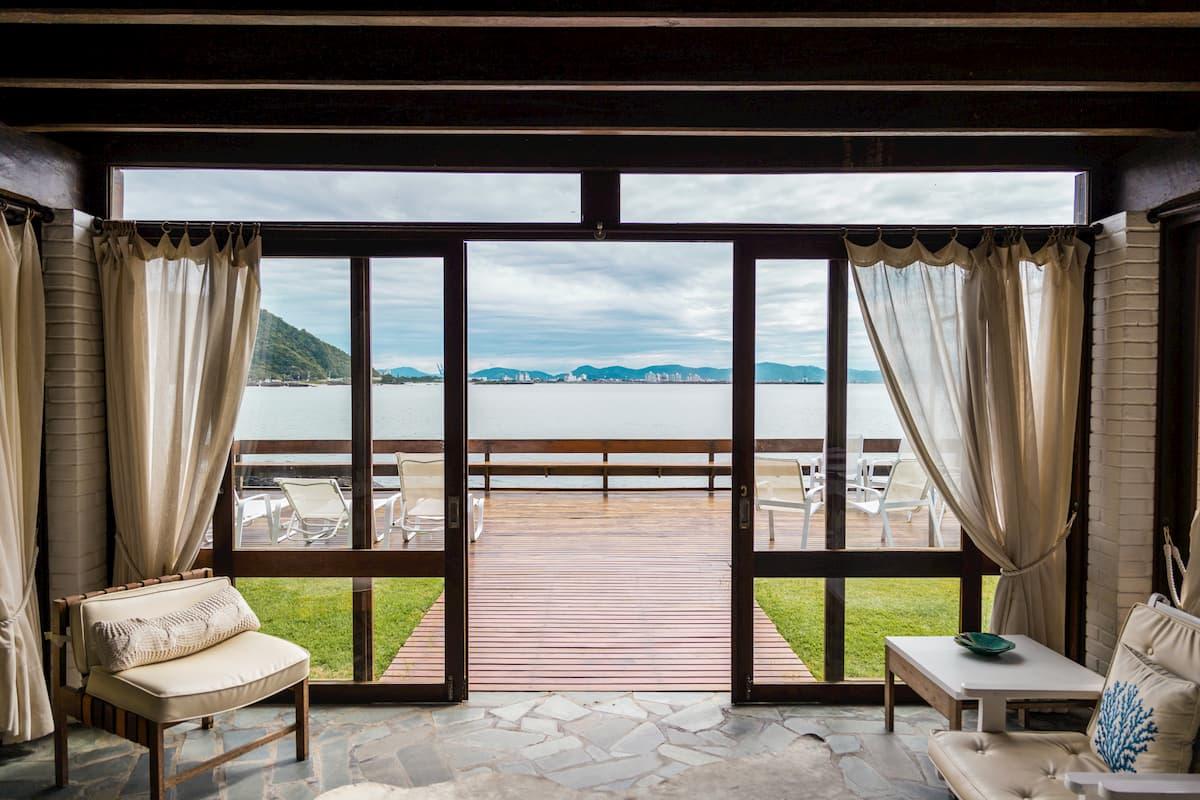 Otvorené dvere na terasu s výhľadom na vodu