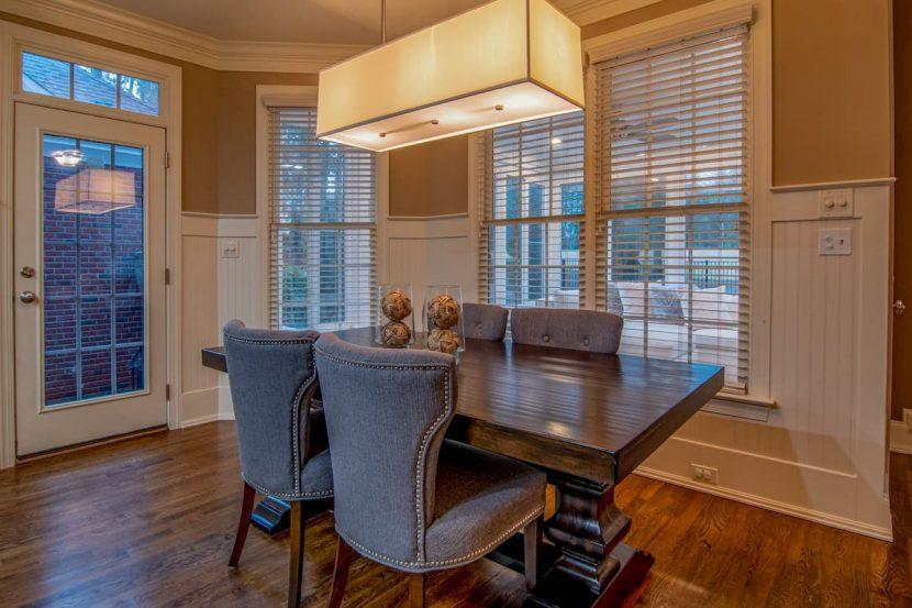 Jedáleň s oknami a žalúziami