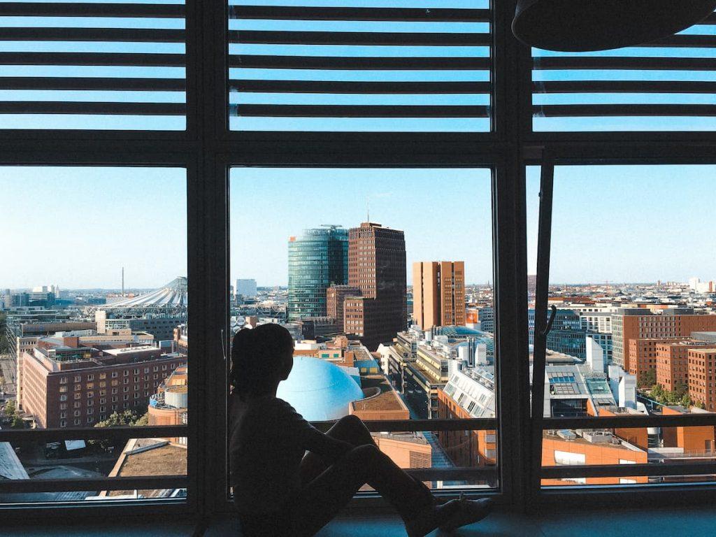 Dievča sa pozerá z montovaných okien