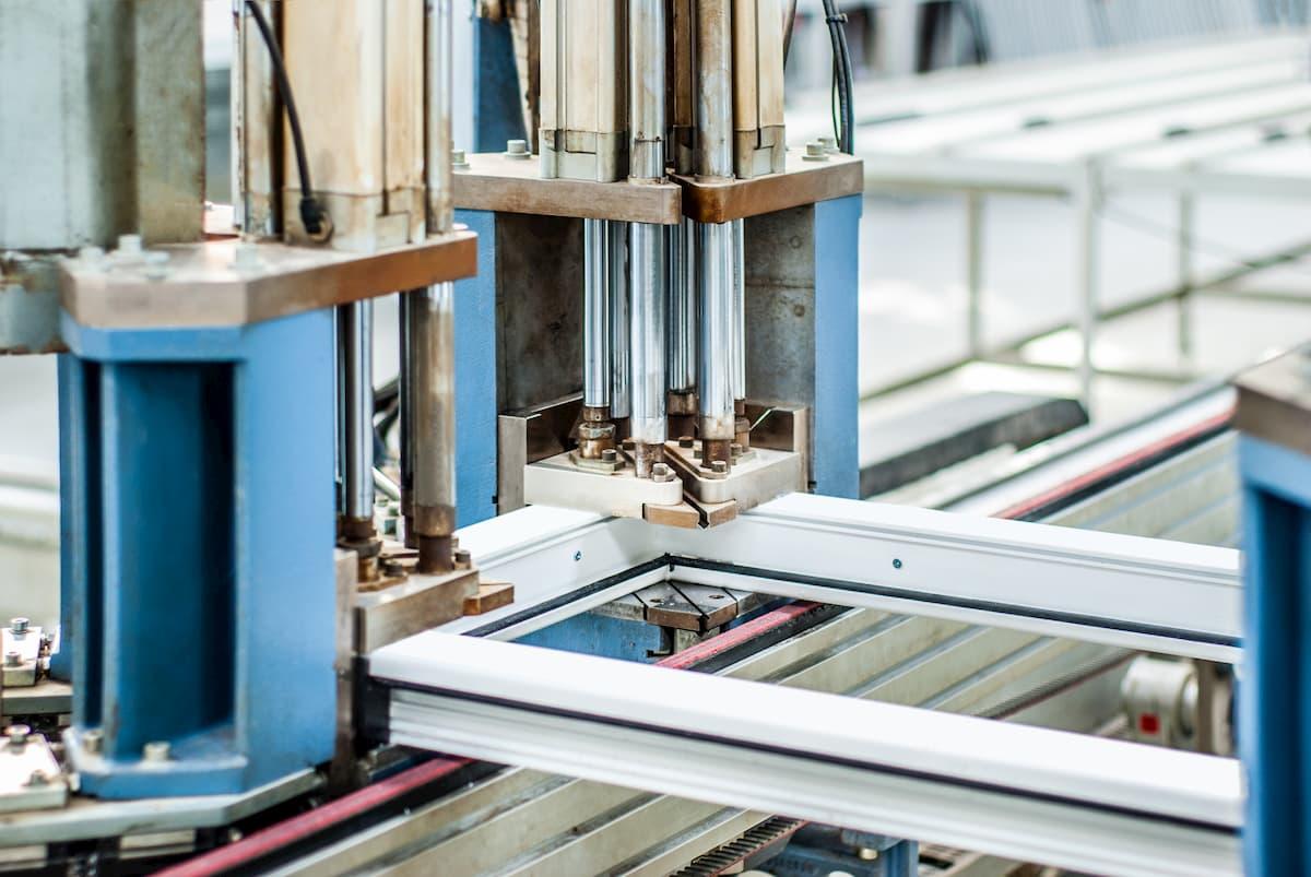 Stroj na výrobu okien
