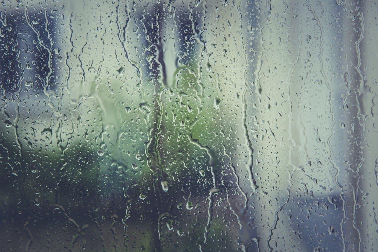 dážd stekajúci po okne