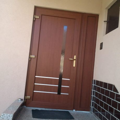 hnede vchodové dvere